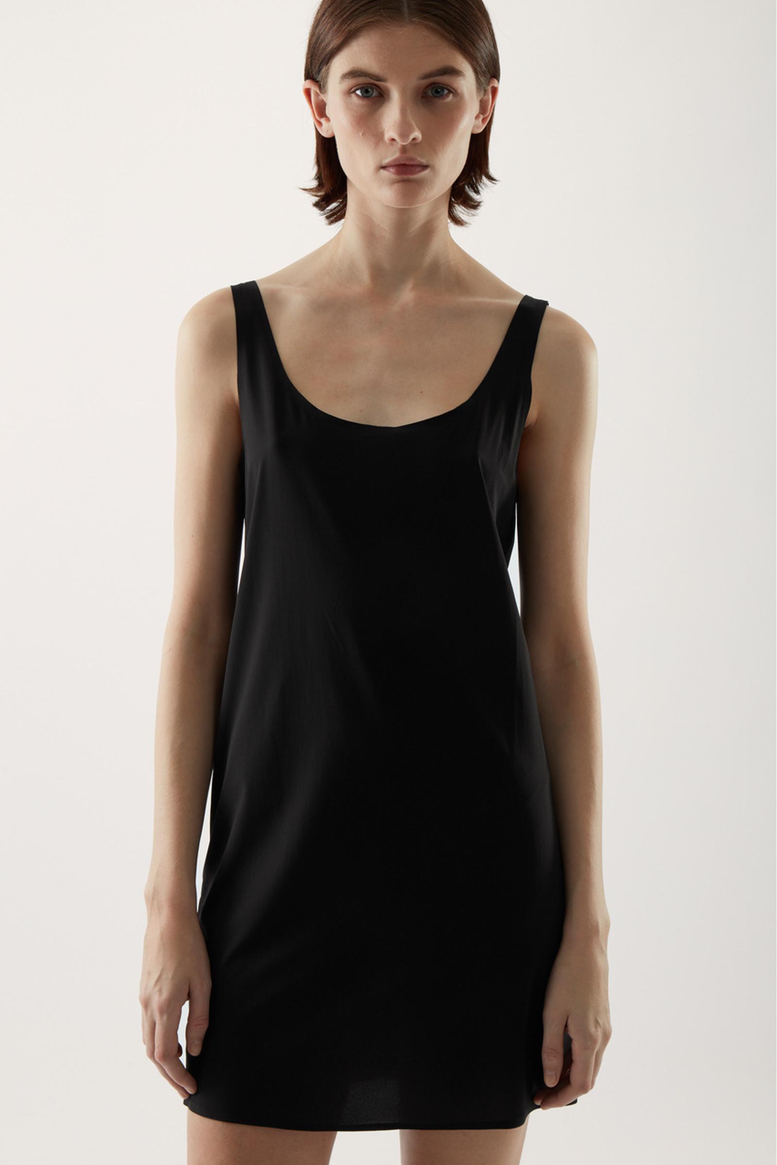 COS 심리스 슬립 드레스 의 블랙컬러 ECOMLook입니다.
