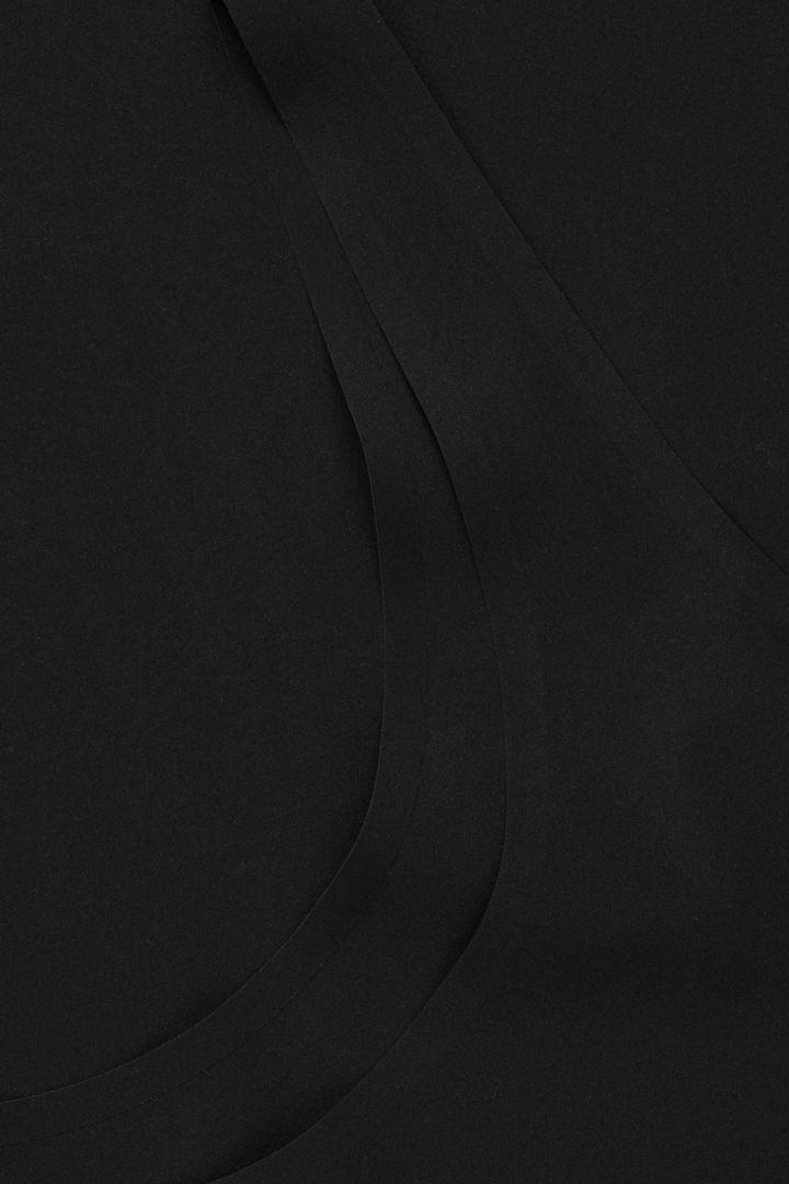 COS 심리스 슬립 드레스 의 블랙컬러 Detail입니다.