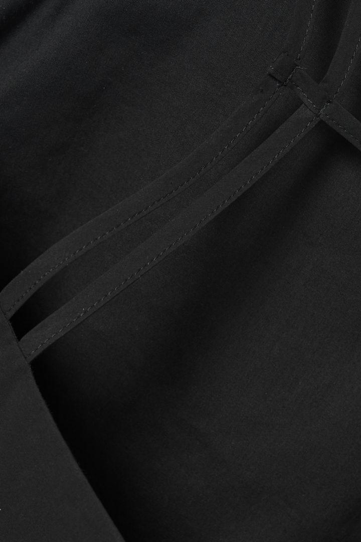 COS 레이어드 코튼 탑의 블랙컬러 Detail입니다.