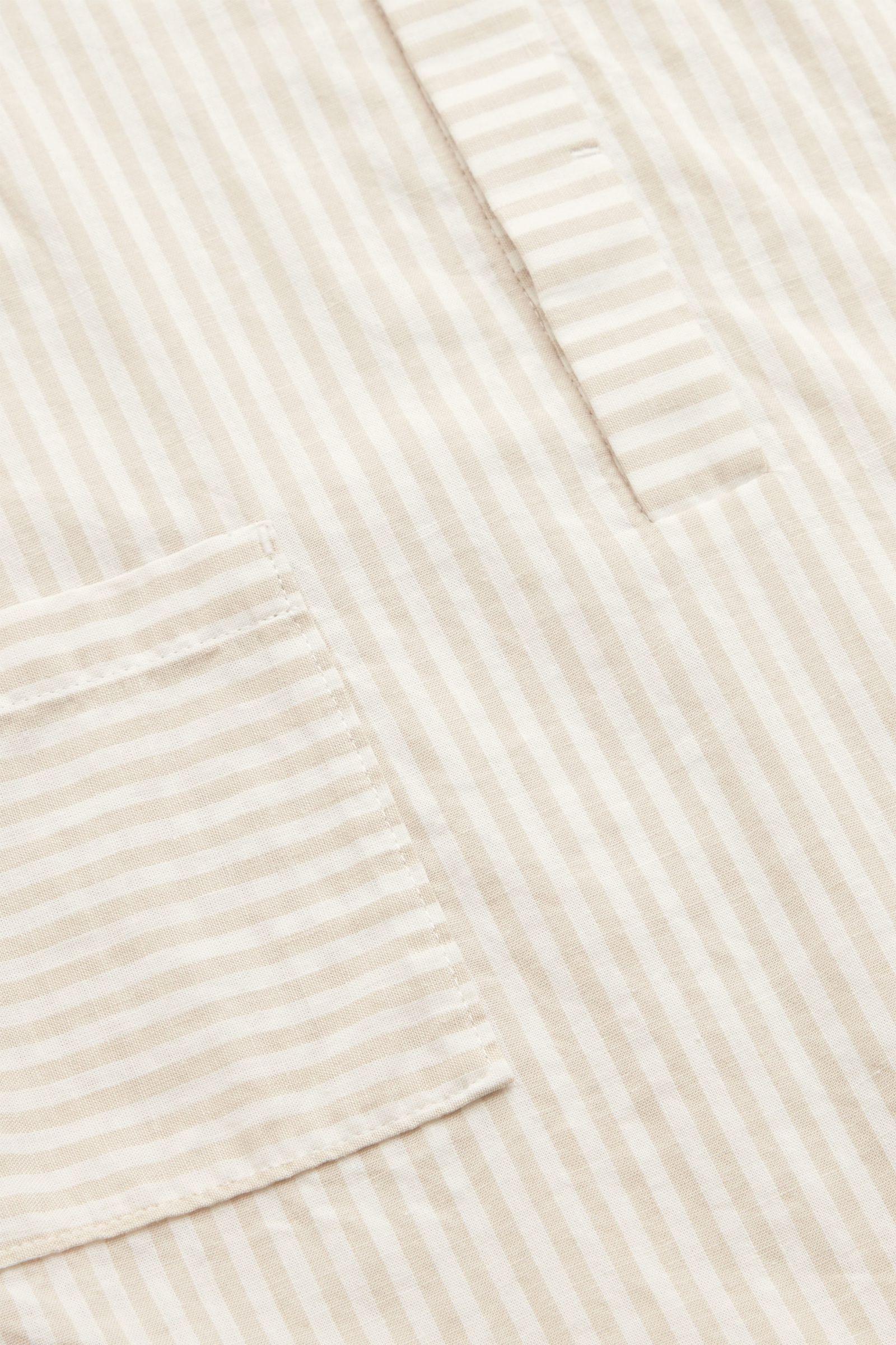 COS 코튼 리넨 포켓 롬퍼의 화이트 / 베이지컬러 Detail입니다.