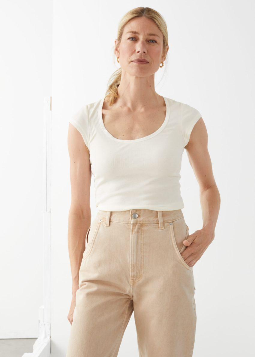 앤아더스토리즈 피티드 스쿠프 넥 티셔츠의 화이트컬러 ECOMLook입니다.
