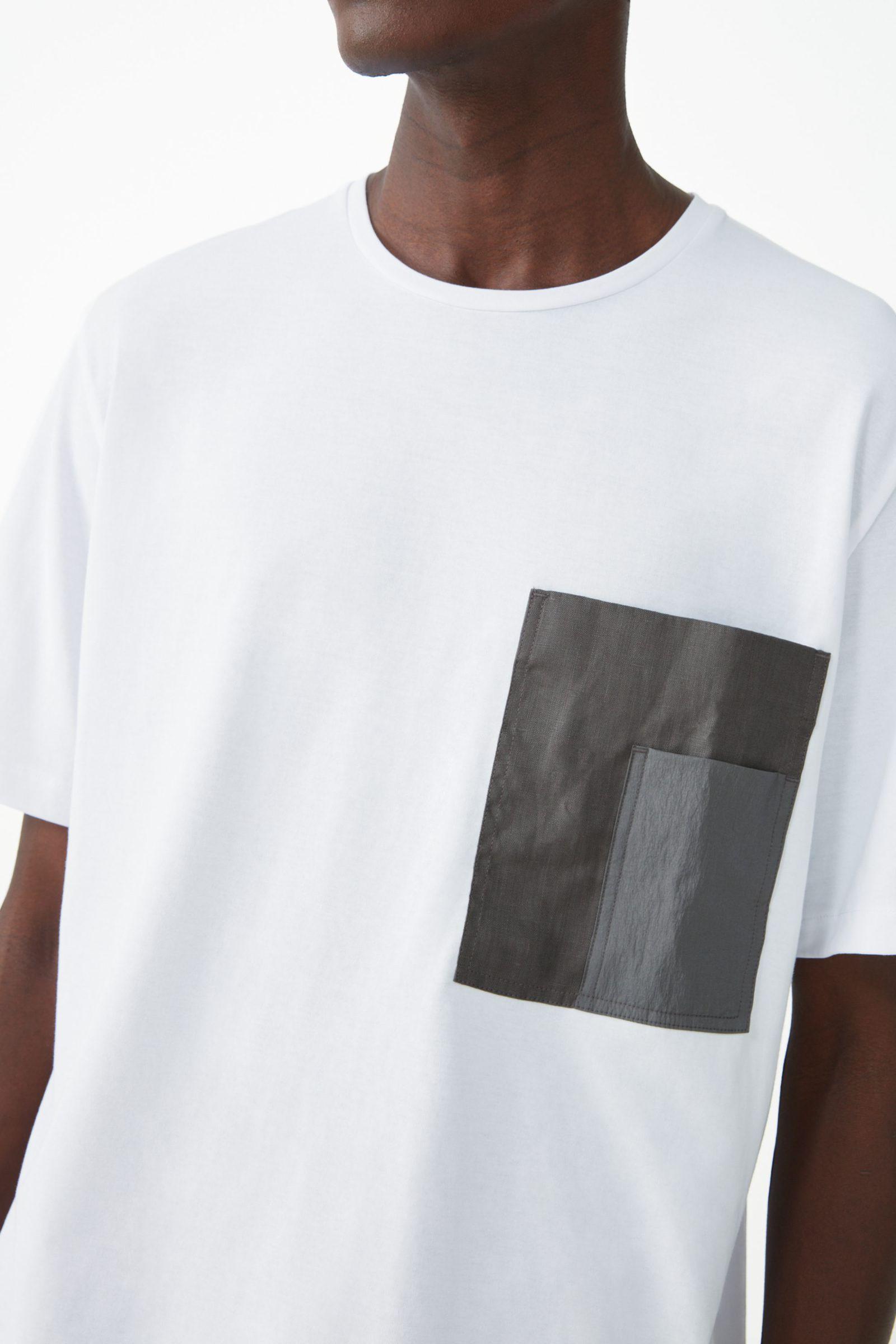 COS 체스트 포켓 코튼 티셔츠의 화이트컬러 ECOMLook입니다.