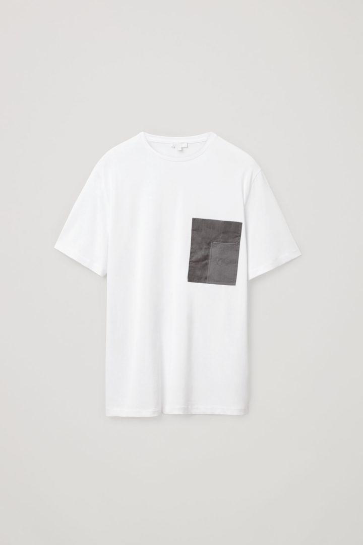 COS 체스트 포켓 코튼 티셔츠의 화이트컬러 Product입니다.