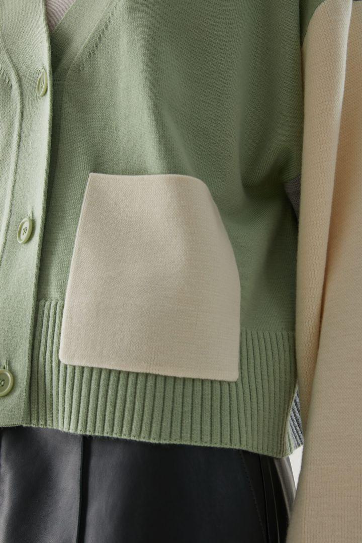 COS 루즈 핏 컬러 블록 울 가디건의 그린컬러 ECOMLook입니다.