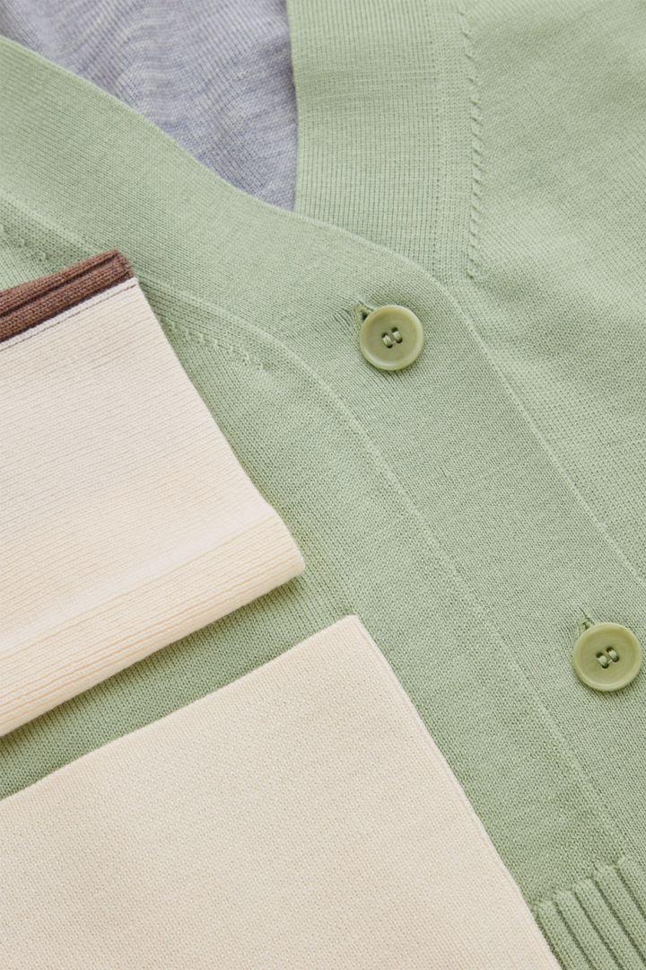 COS 루즈 핏 컬러 블록 울 가디건의 그린컬러 Detail입니다.