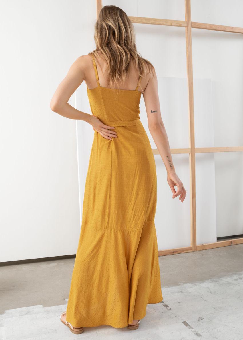 앤아더스토리즈 벨티드 미디 드레스의 머스타드컬러 ECOMLook입니다.