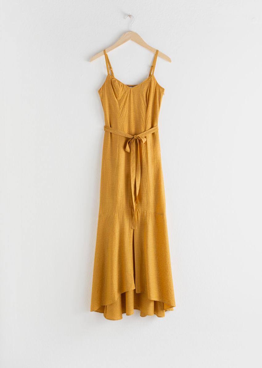 앤아더스토리즈 벨티드 미디 드레스의 머스타드컬러 Product입니다.