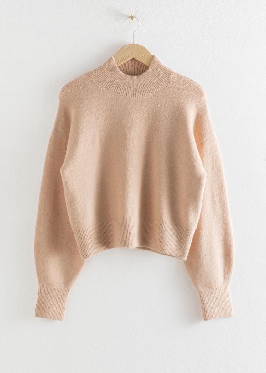 앤아더스토리즈 모크 넥 스웨터의 베이지컬러 Product입니다.