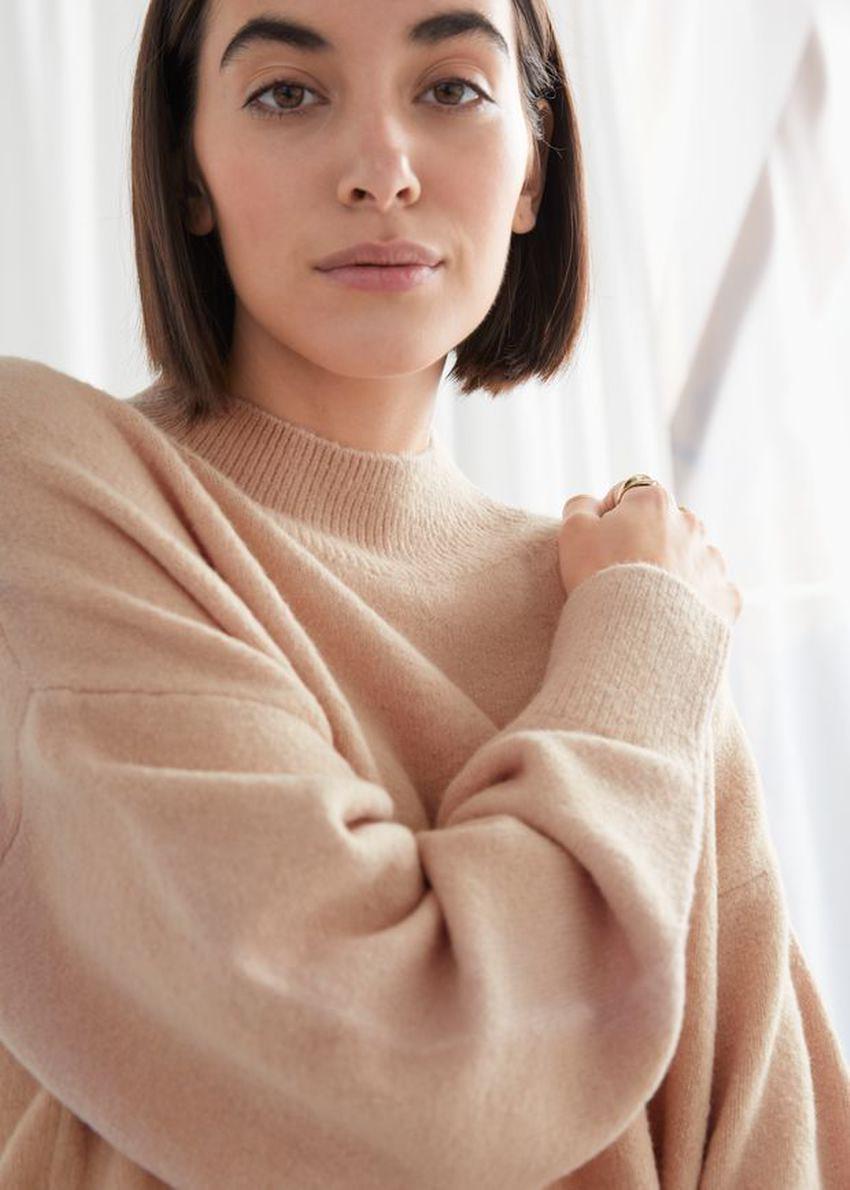 앤아더스토리즈 모크 넥 스웨터의 베이지컬러 ECOMLook입니다.
