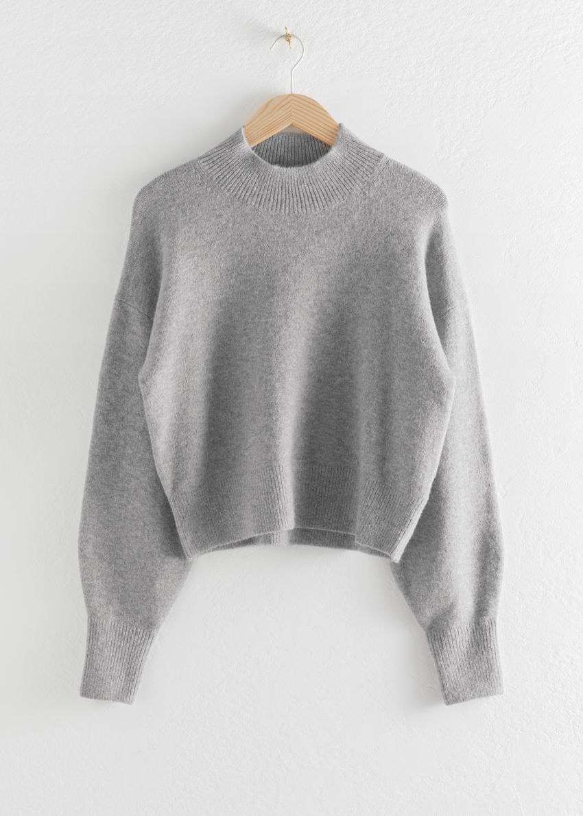 앤아더스토리즈 모크 넥 스웨터의 그레이컬러 Product입니다.