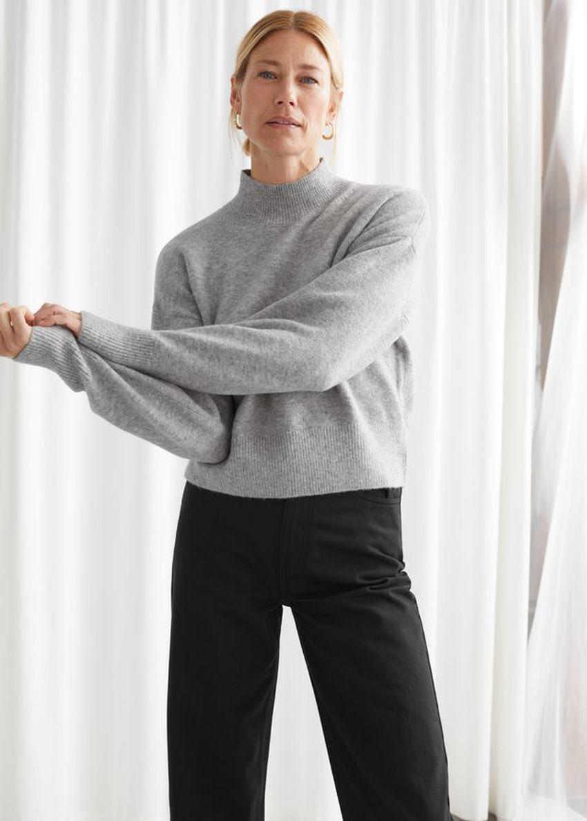 앤아더스토리즈 모크 넥 스웨터의 그레이컬러 ECOMLook입니다.