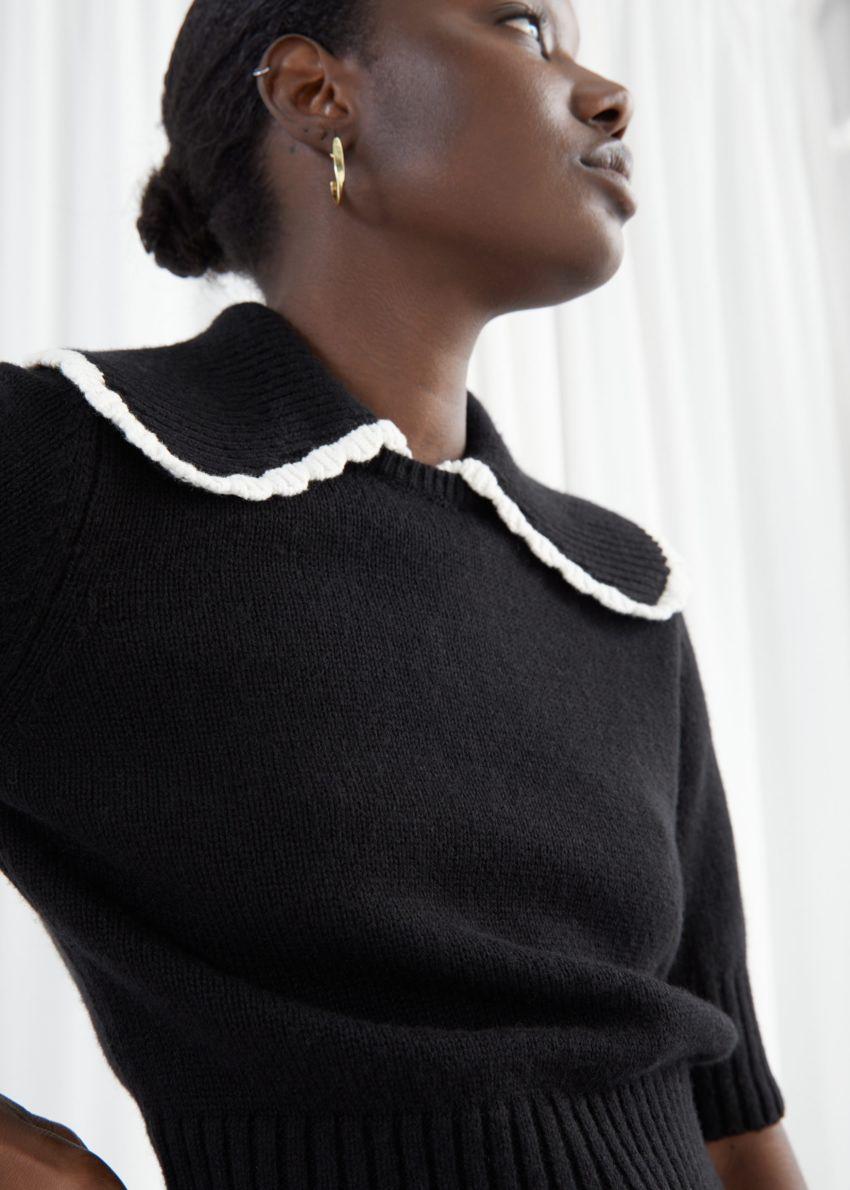 앤아더스토리즈 와이드 카라 울 니트 스웨터의 블랙컬러 ECOMLook입니다.