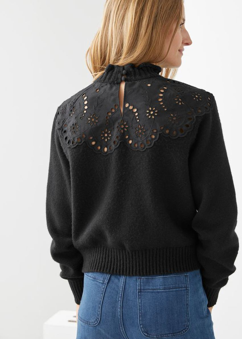 앤아더스토리즈 울 블렌드 스캘럽 스웨터의 블랙컬러 ECOMLook입니다.