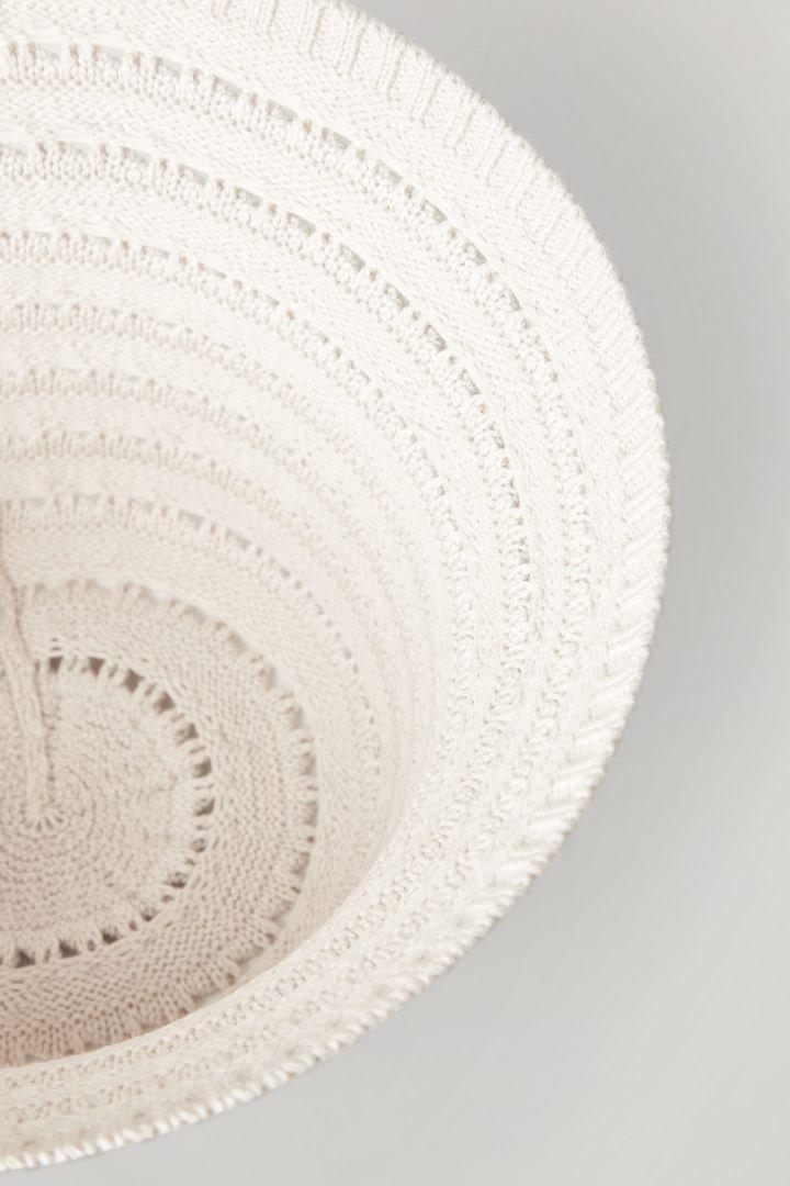 COS 니티드 코튼 실크 햇의 베이지컬러 Detail입니다.