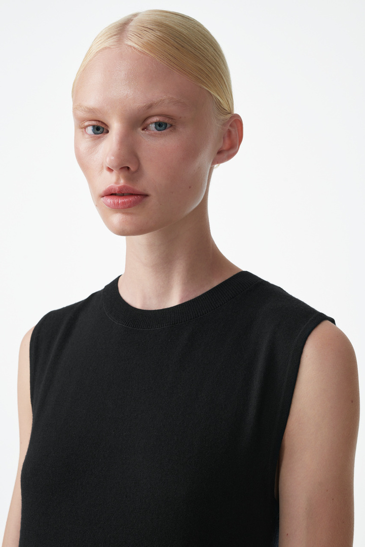 COS 니티드 A라인 메리노 울 드레스의 블랙컬러 ECOMLook입니다.