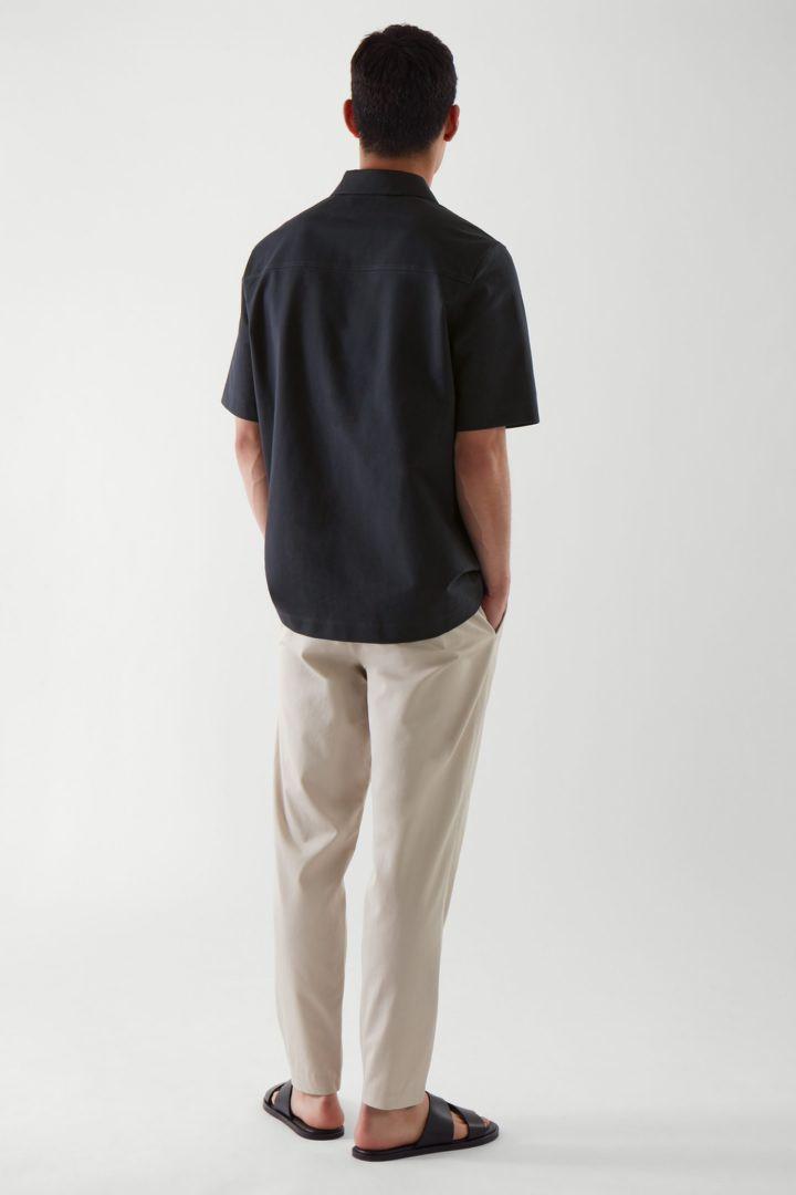 COS 오버사이즈 핏 쇼트 슬리브 셔츠의 다크 네이비컬러 ECOMLook입니다.