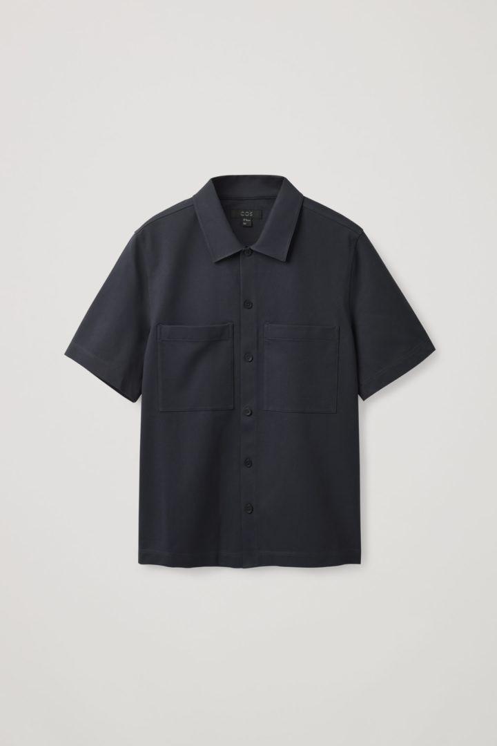 COS 오버사이즈 핏 쇼트 슬리브 셔츠의 다크 네이비컬러 Product입니다.