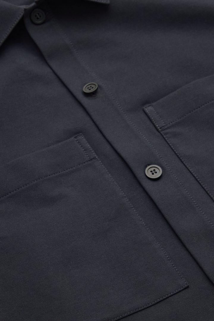 COS 오버사이즈 핏 쇼트 슬리브 셔츠의 다크 네이비컬러 Detail입니다.