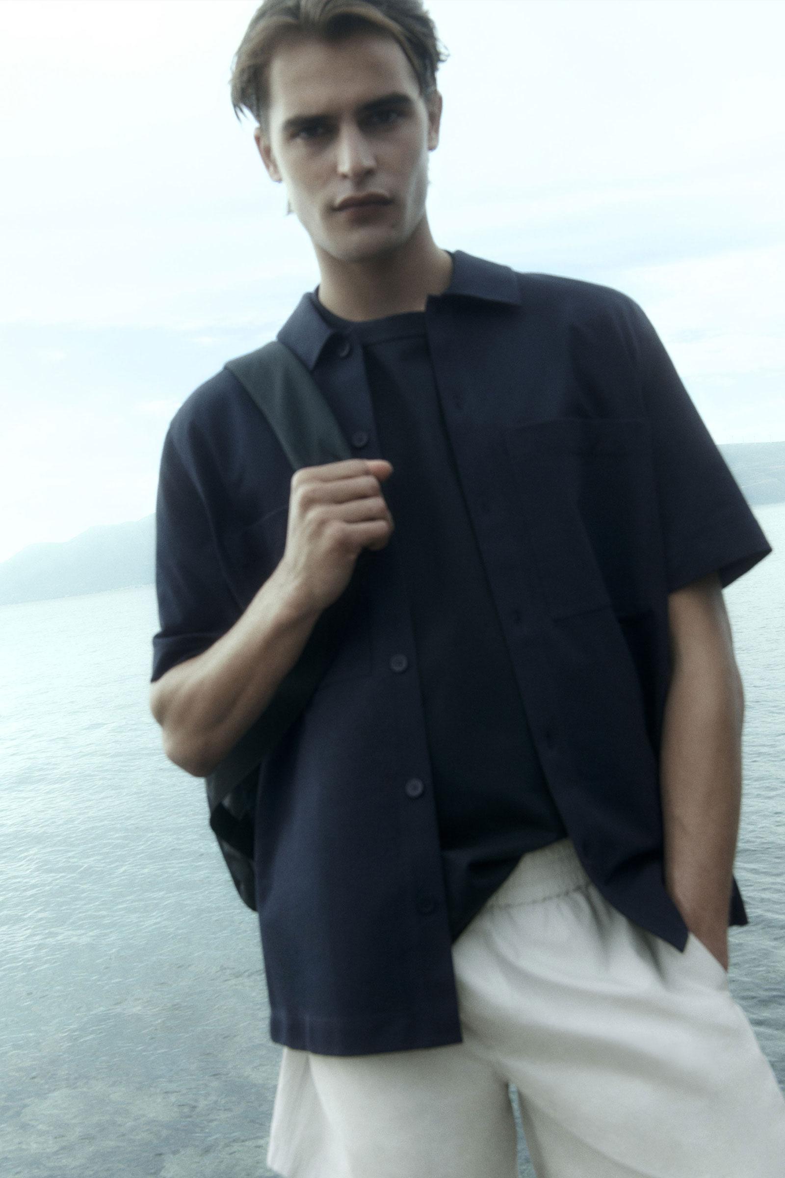 COS 오버사이즈 핏 쇼트 슬리브 셔츠의 다크 네이비컬러 Environmental입니다.