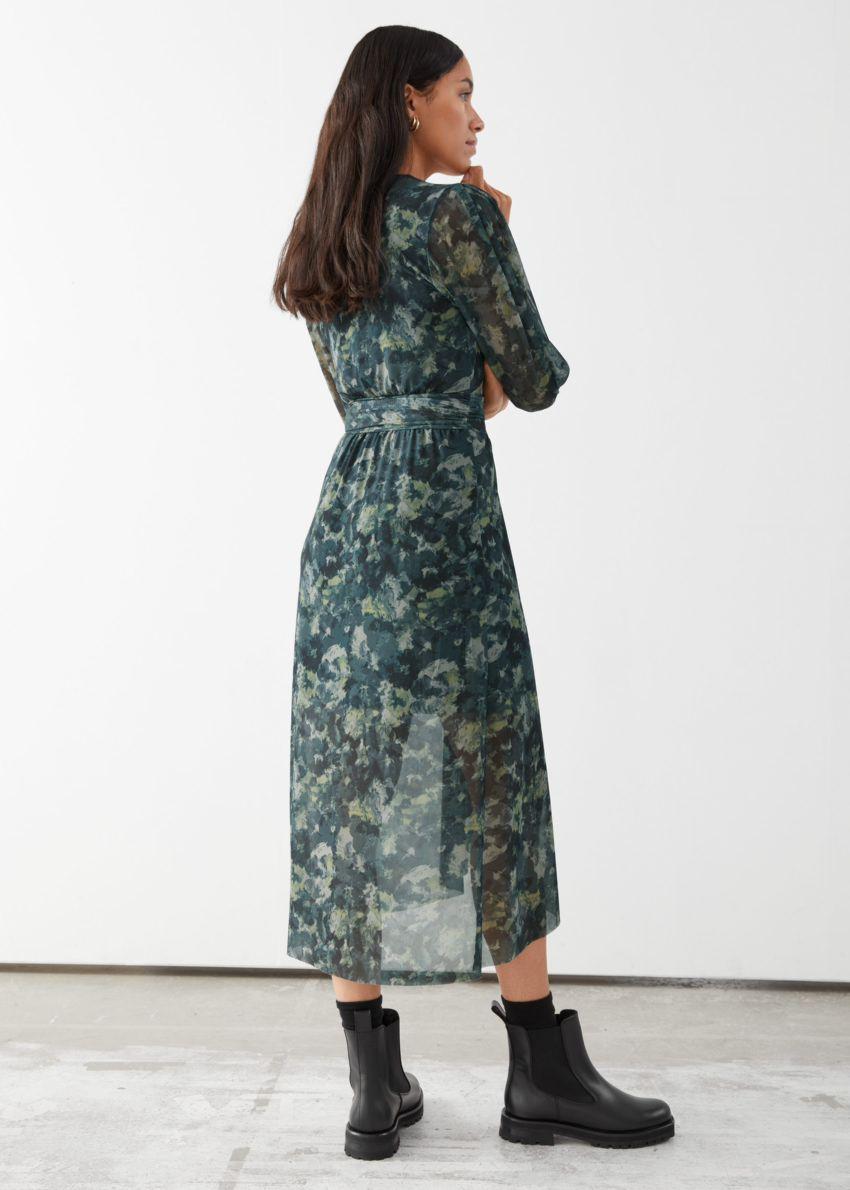 앤아더스토리즈 개더드 스퀘어 넥 미디 드레스의 그린 프린트컬러 ECOMLook입니다.
