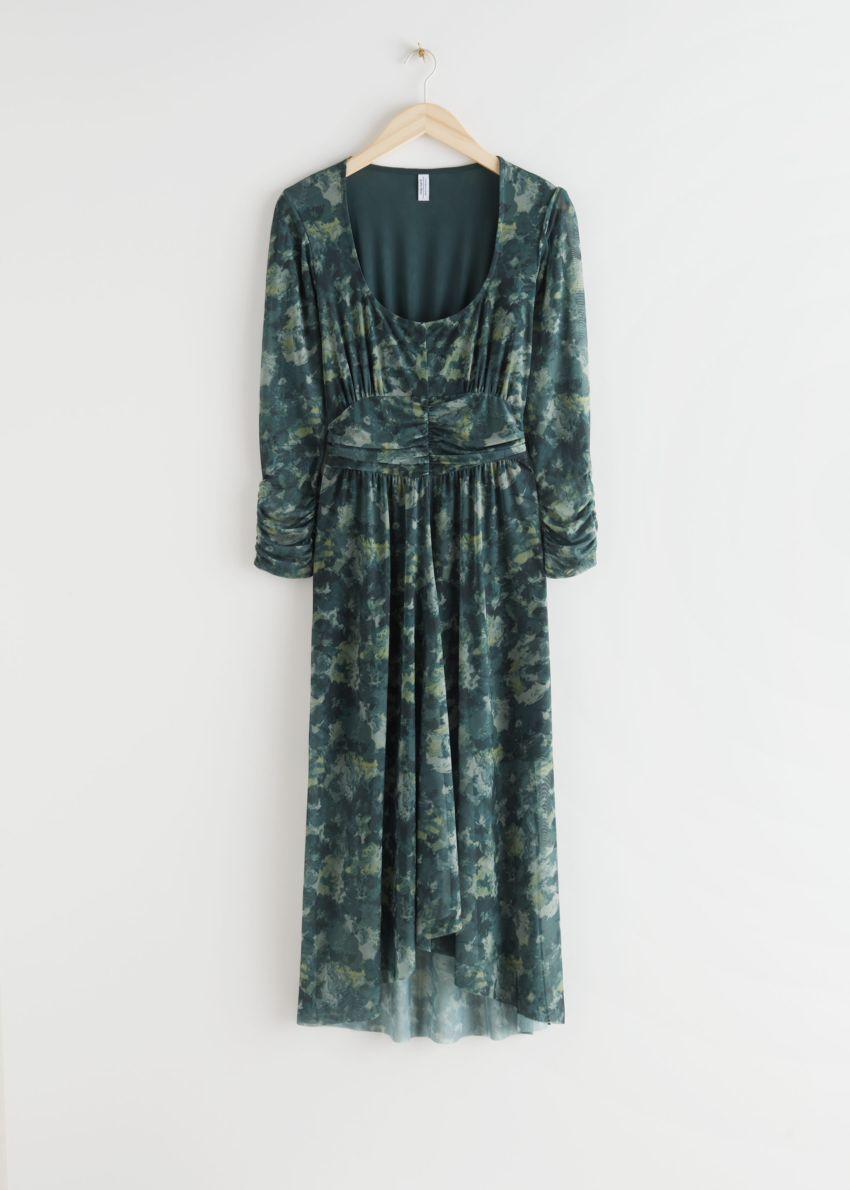 앤아더스토리즈 개더드 스퀘어 넥 미디 드레스의 그린 프린트컬러 Product입니다.