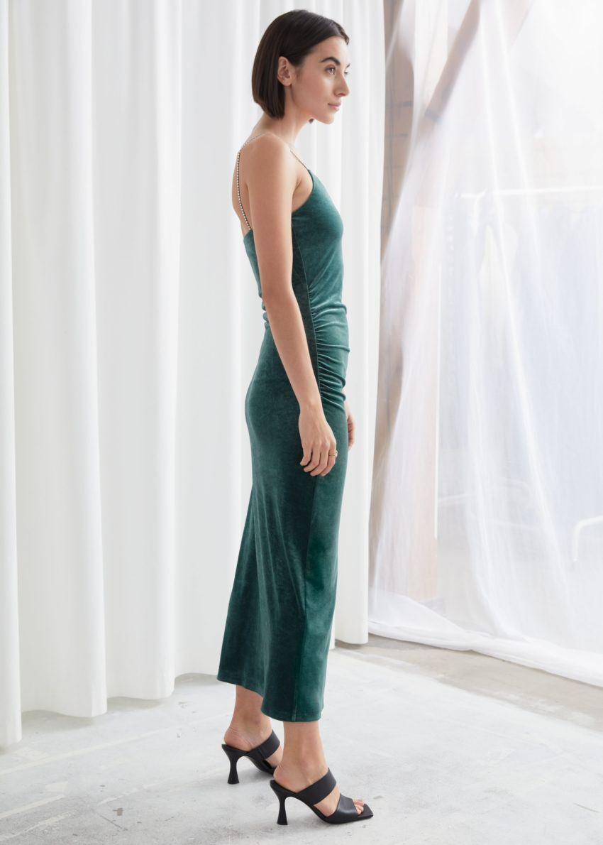 앤아더스토리즈 피티드 벨루어 라인스톤 스트랩 미디 드레스의 그린컬러 ECOMLook입니다.