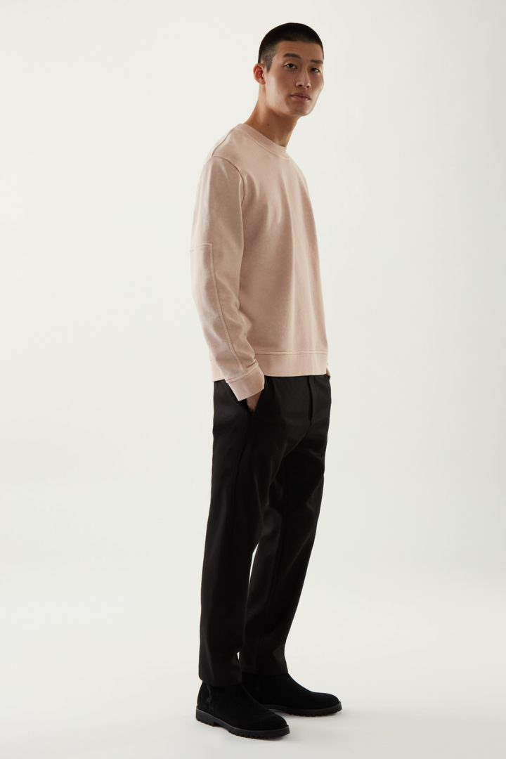 COS 코튼 리넨 스웻셔츠의 핑크컬러 ECOMLook입니다.