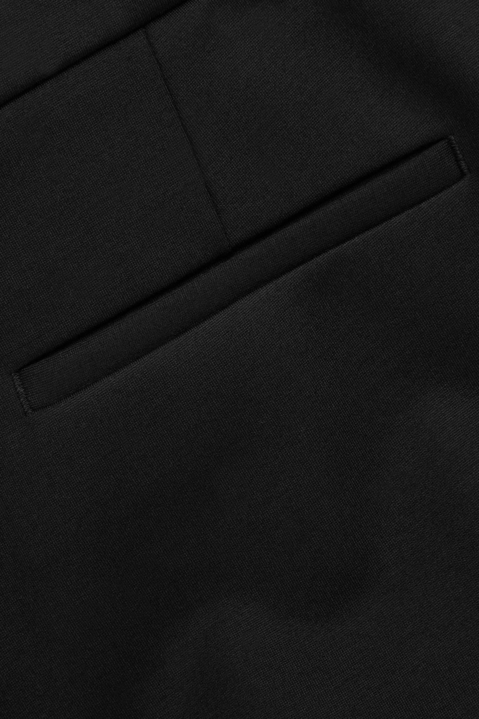 COS 집 헴 슬림 트라우저의 블랙컬러 Detail입니다.