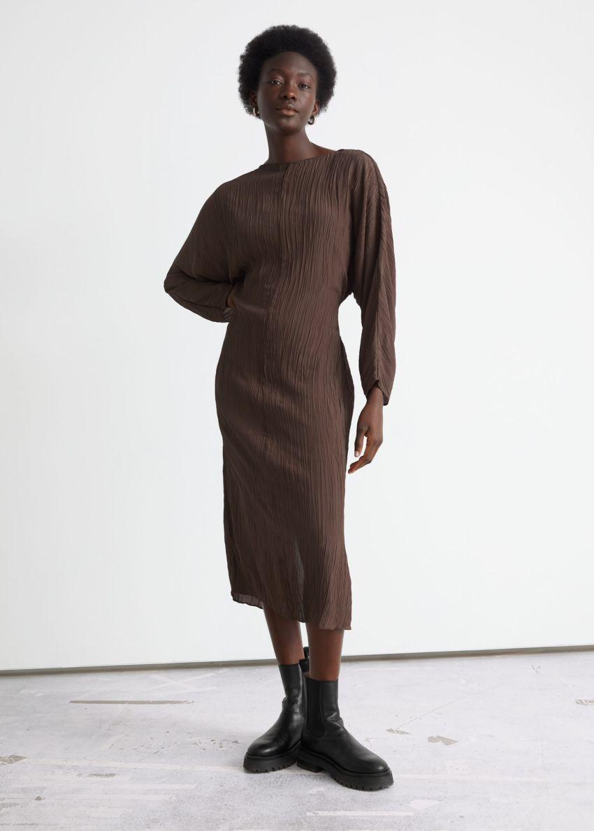 앤아더스토리즈 크링클 미디 드레스의 다크 브라운컬러 ECOMLook입니다.