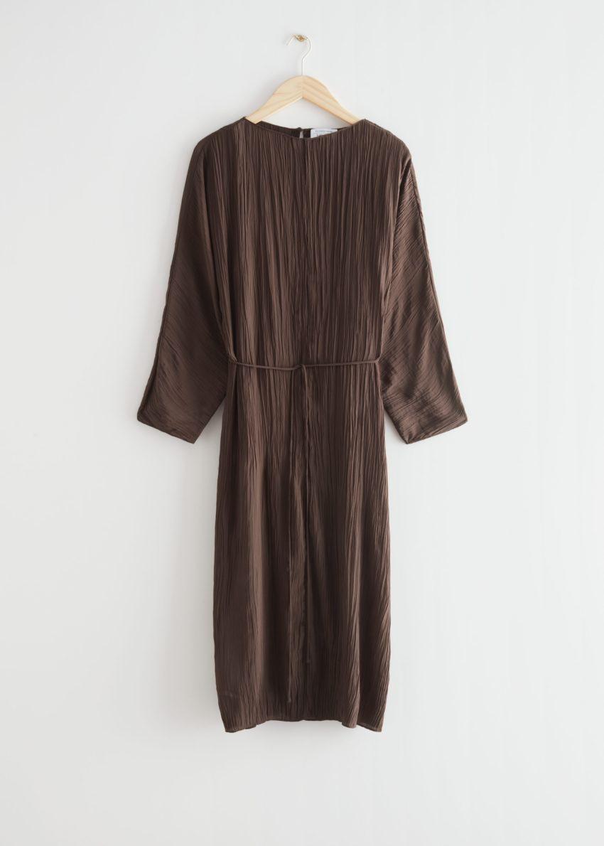 앤아더스토리즈 크링클 미디 드레스의 다크 브라운컬러 Product입니다.