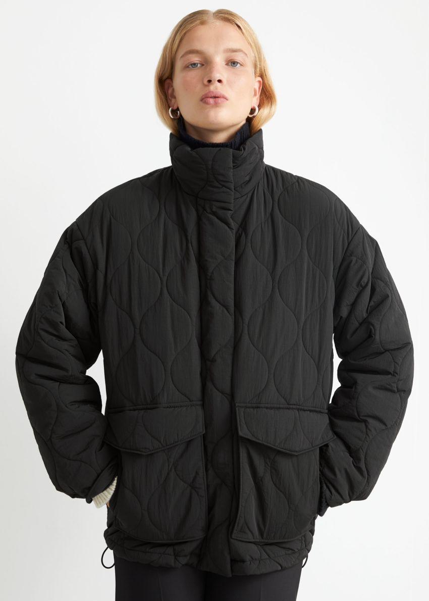 앤아더스토리즈 퀼트 집 재킷의 블랙컬러 ECOMLook입니다.