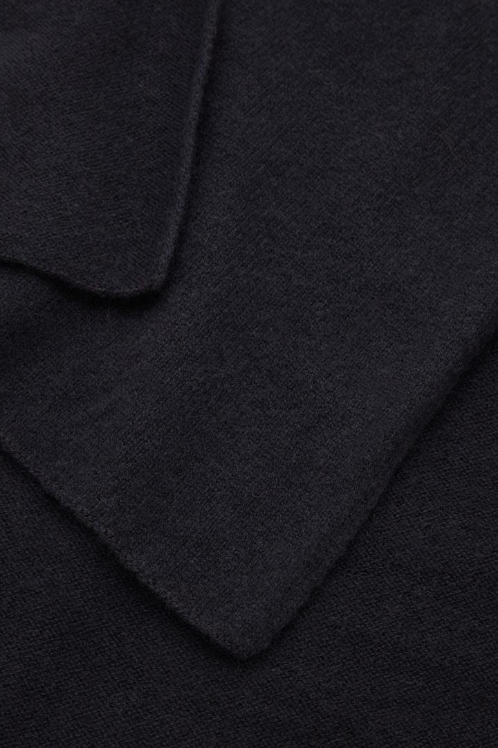 COS 캐시미어 스카프의 네이비컬러 Detail입니다.