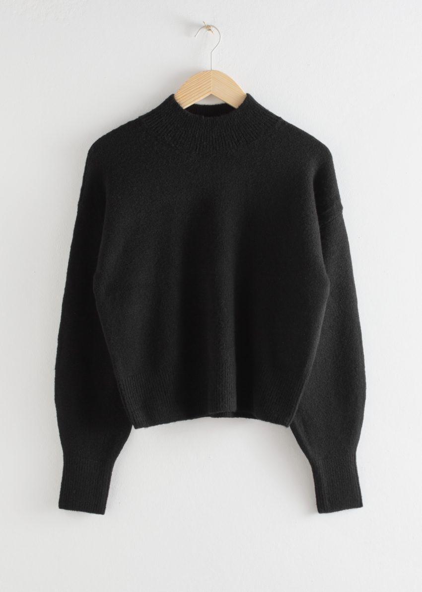 앤아더스토리즈 모크 넥 스웨터의 블랙컬러 Product입니다.