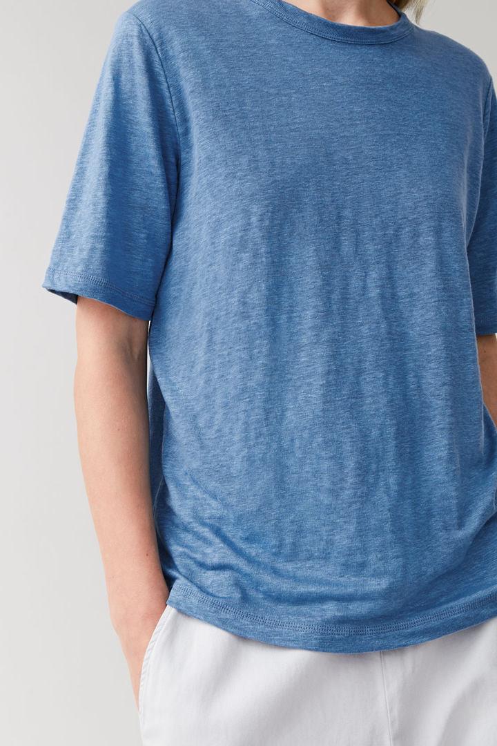 COS 리넨 라운드넥 티셔츠의 라이트 블루 멜란지컬러 ECOMLook입니다.