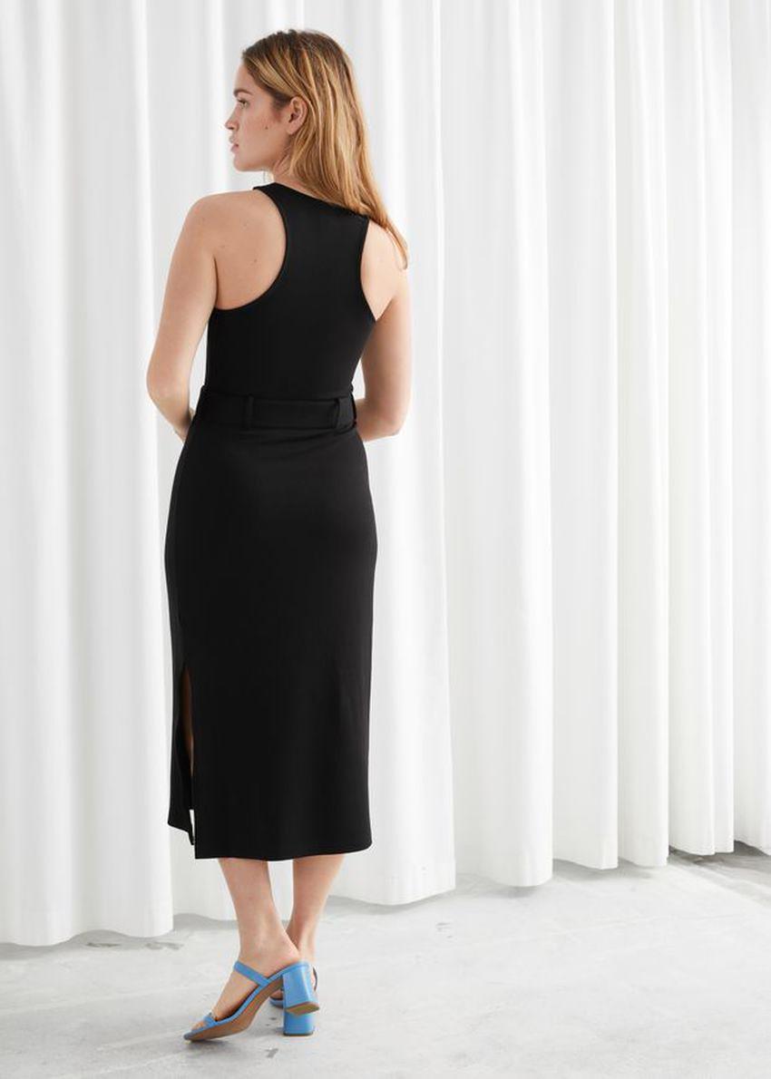 앤아더스토리즈 벨티드 소프트 립 미디 드레스의 블랙컬러 ECOMLook입니다.