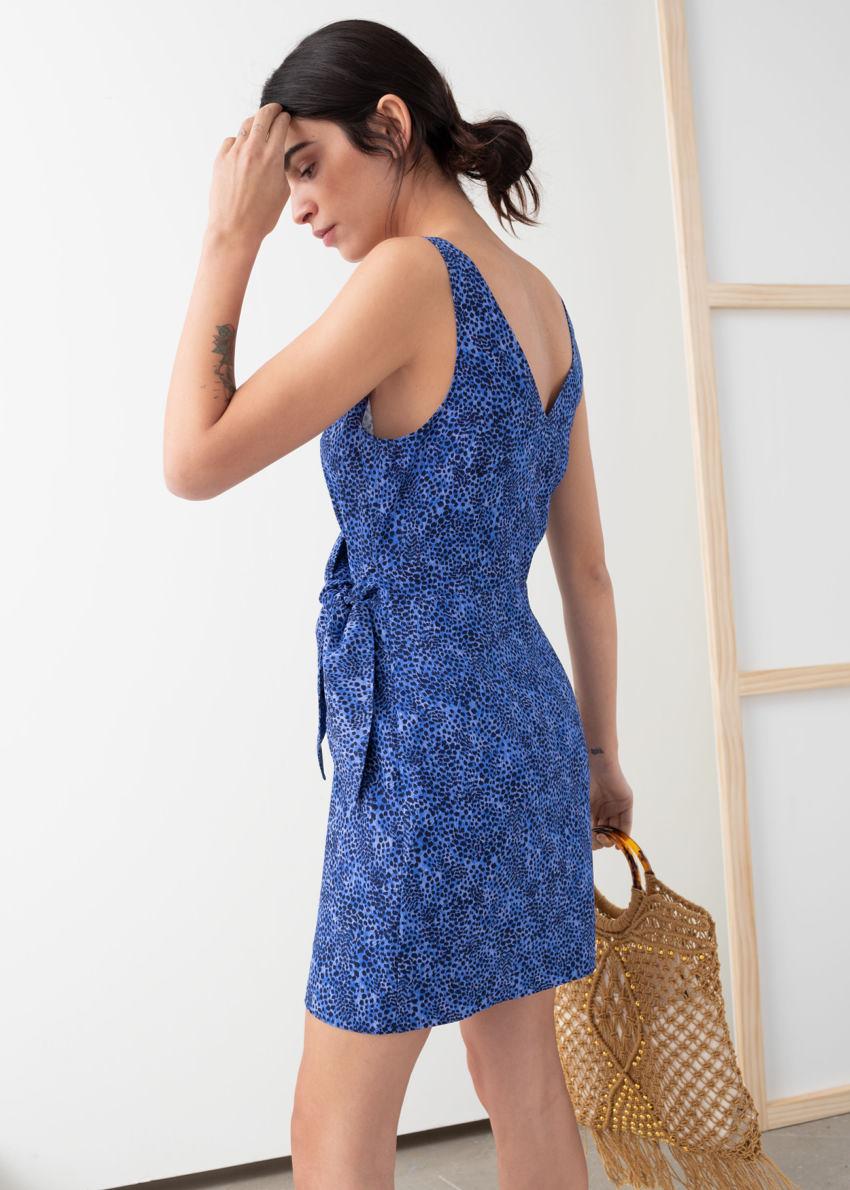 앤아더스토리즈 슬리브리스 타이 업 미니 랩 드레스의 블루 레오파드 프린트컬러 ECOMLook입니다.