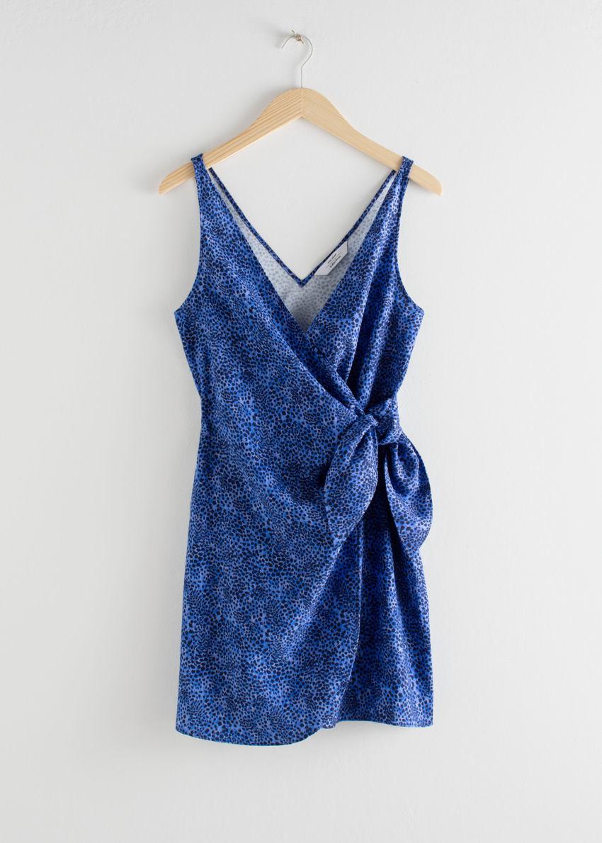 앤아더스토리즈 슬리브리스 타이 업 미니 랩 드레스의 블루 레오파드 프린트컬러 Product입니다.