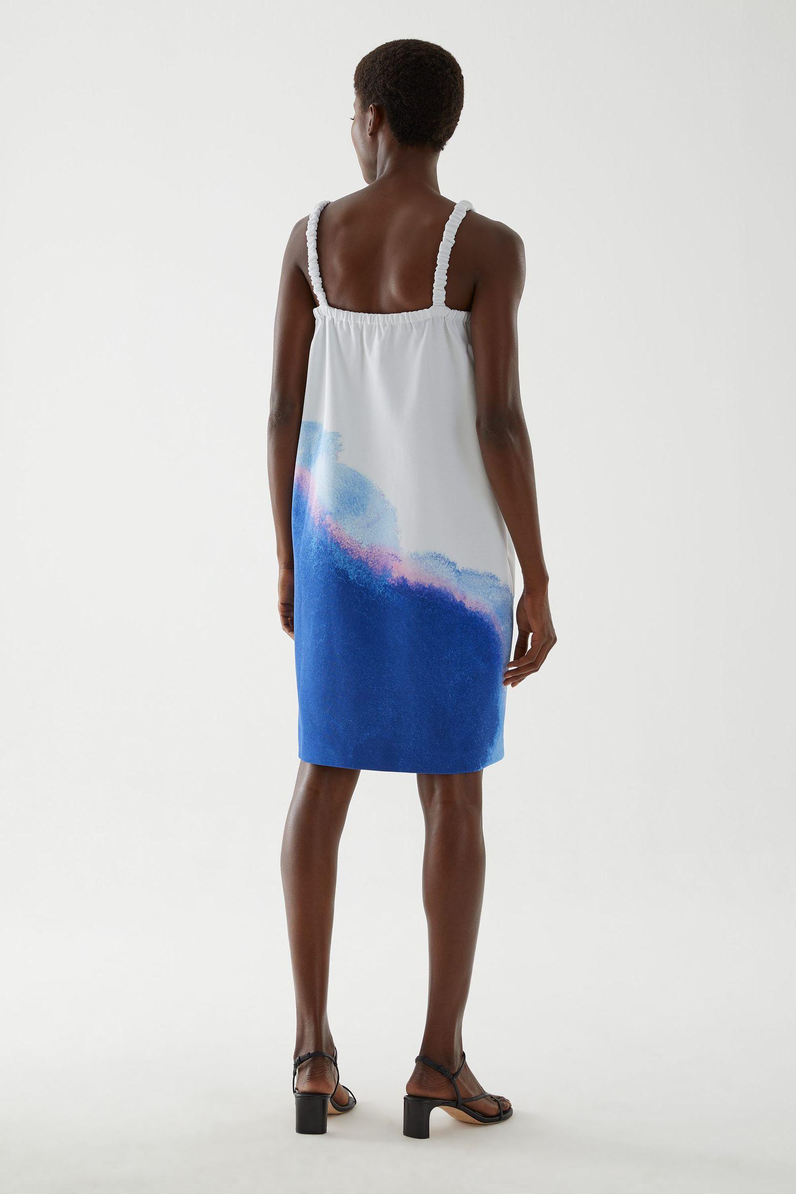 COS 슬리브리스 프린티드 드레스의 멀티컬러컬러 ECOMLook입니다.