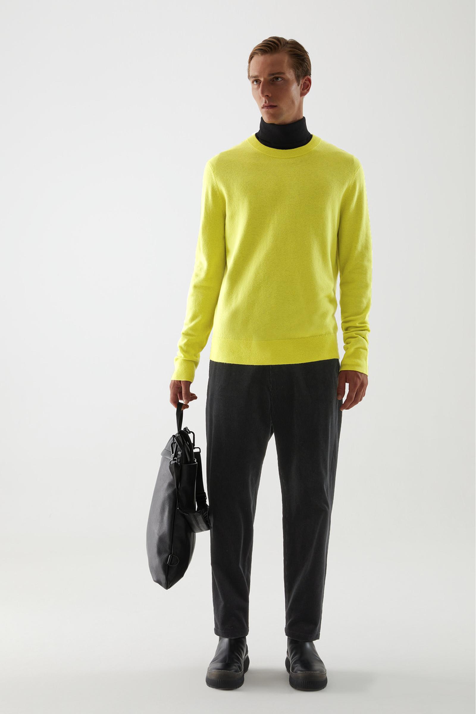 COS 메리노 야크 크루넥 스웨터의 옐로우컬러 ECOMLook입니다.