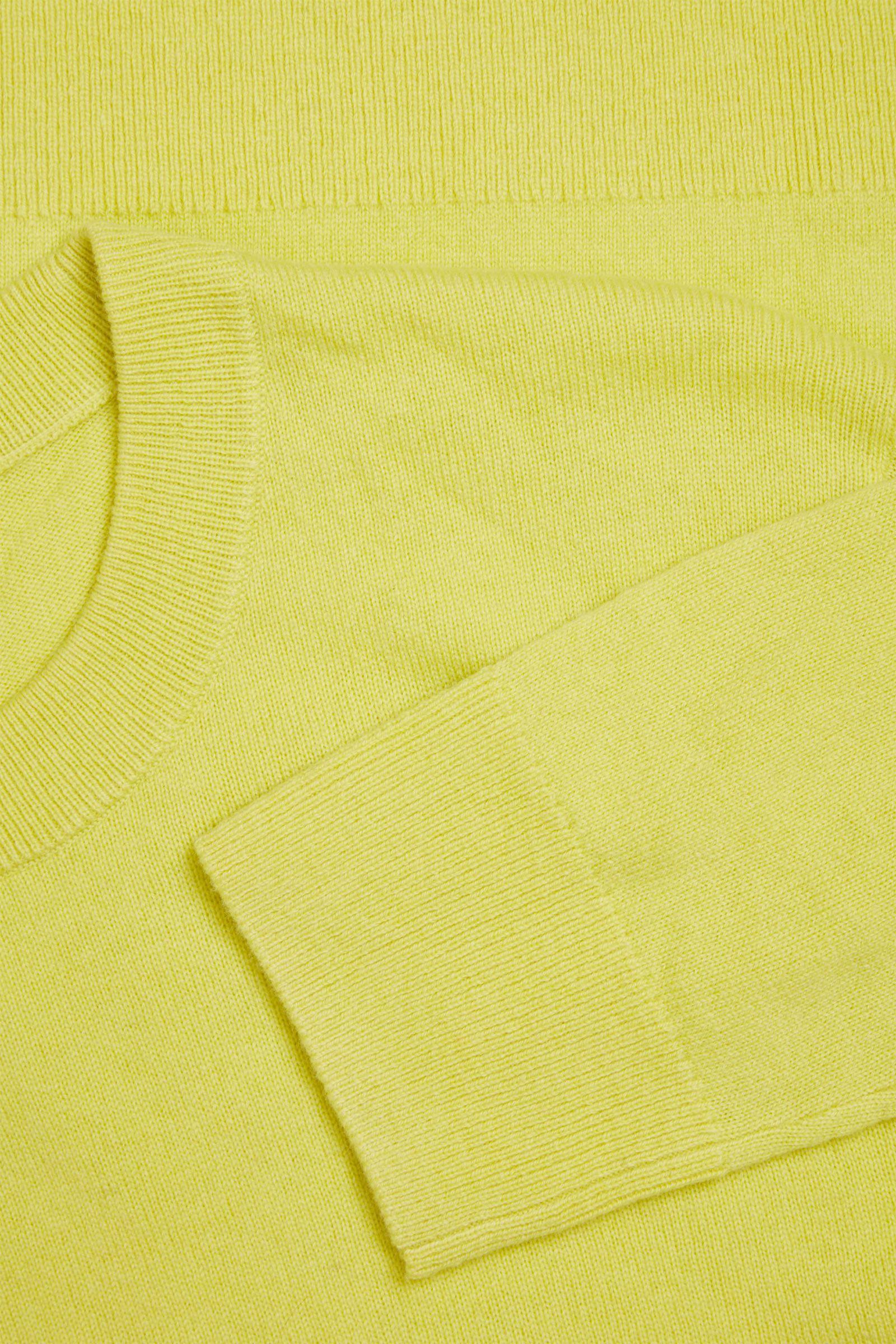 COS 메리노 야크 크루넥 스웨터의 옐로우컬러 Detail입니다.