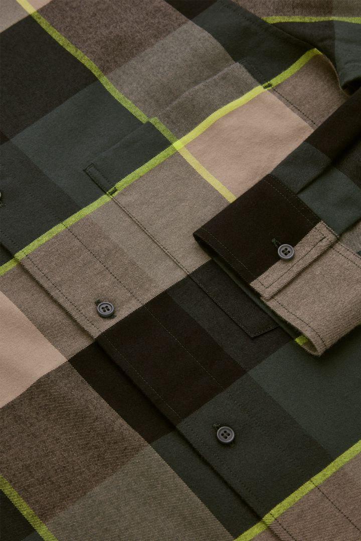 COS 플란넬 체크 셔츠의 멀티 체크컬러 Detail입니다.