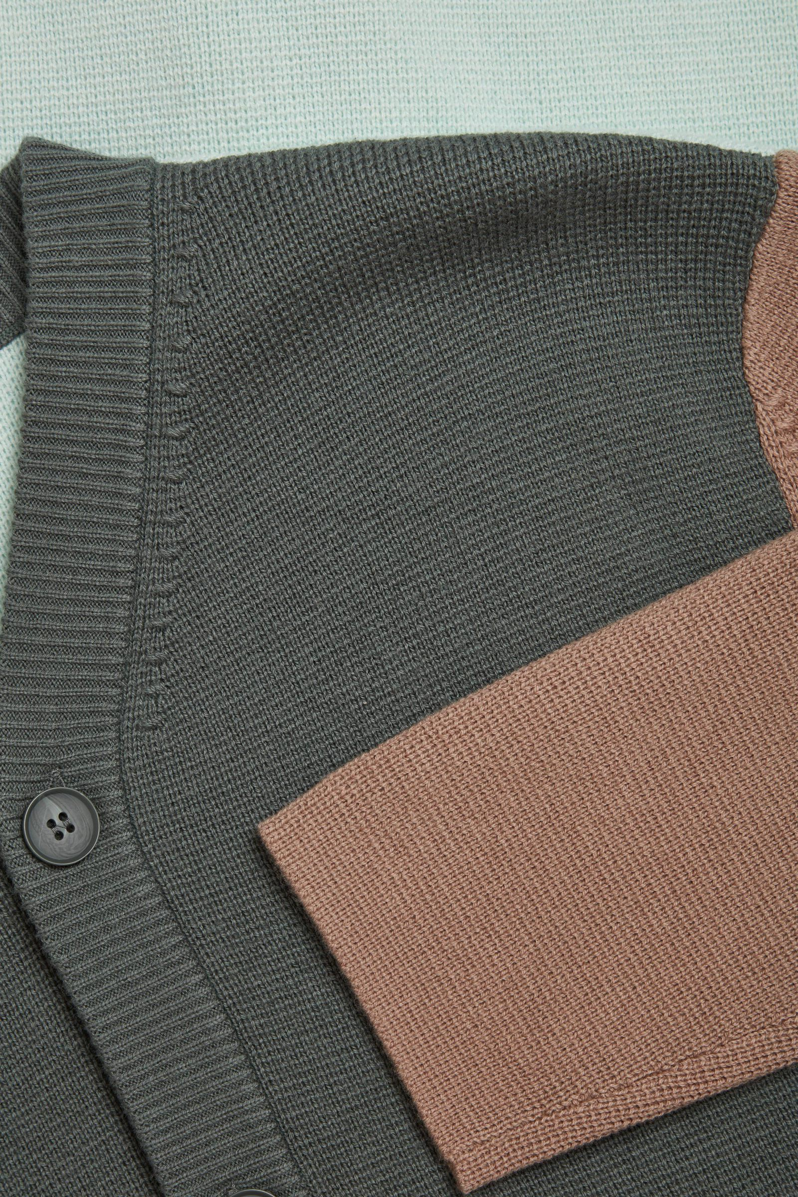 COS 오가닉 코튼 메리노 울 믹스 가디건의 그레이 / 브라운컬러 Detail입니다.