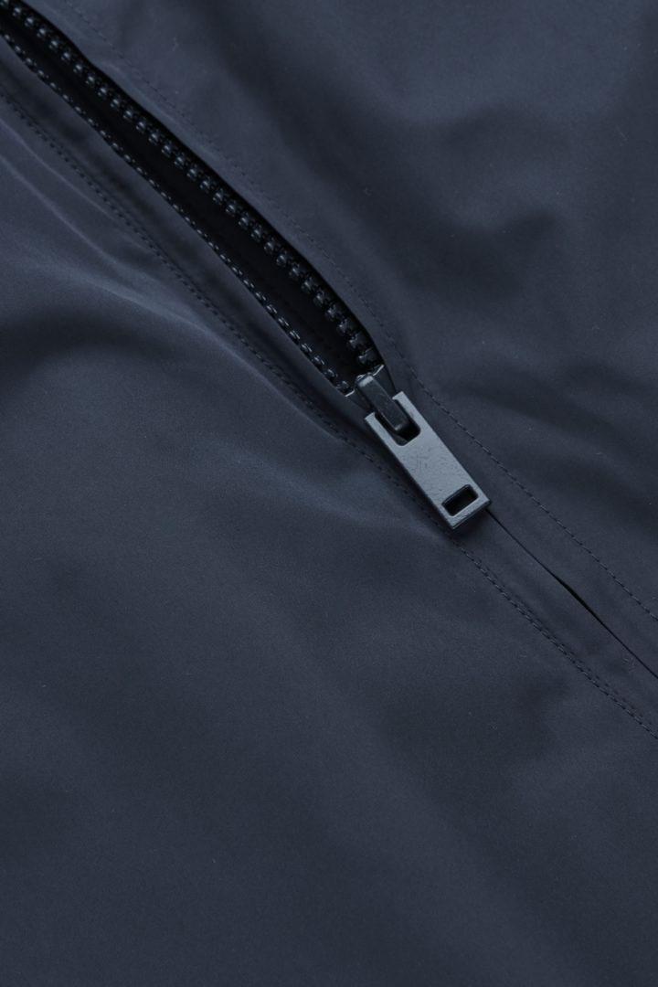 COS 보머 재킷의 블루컬러 Detail입니다.
