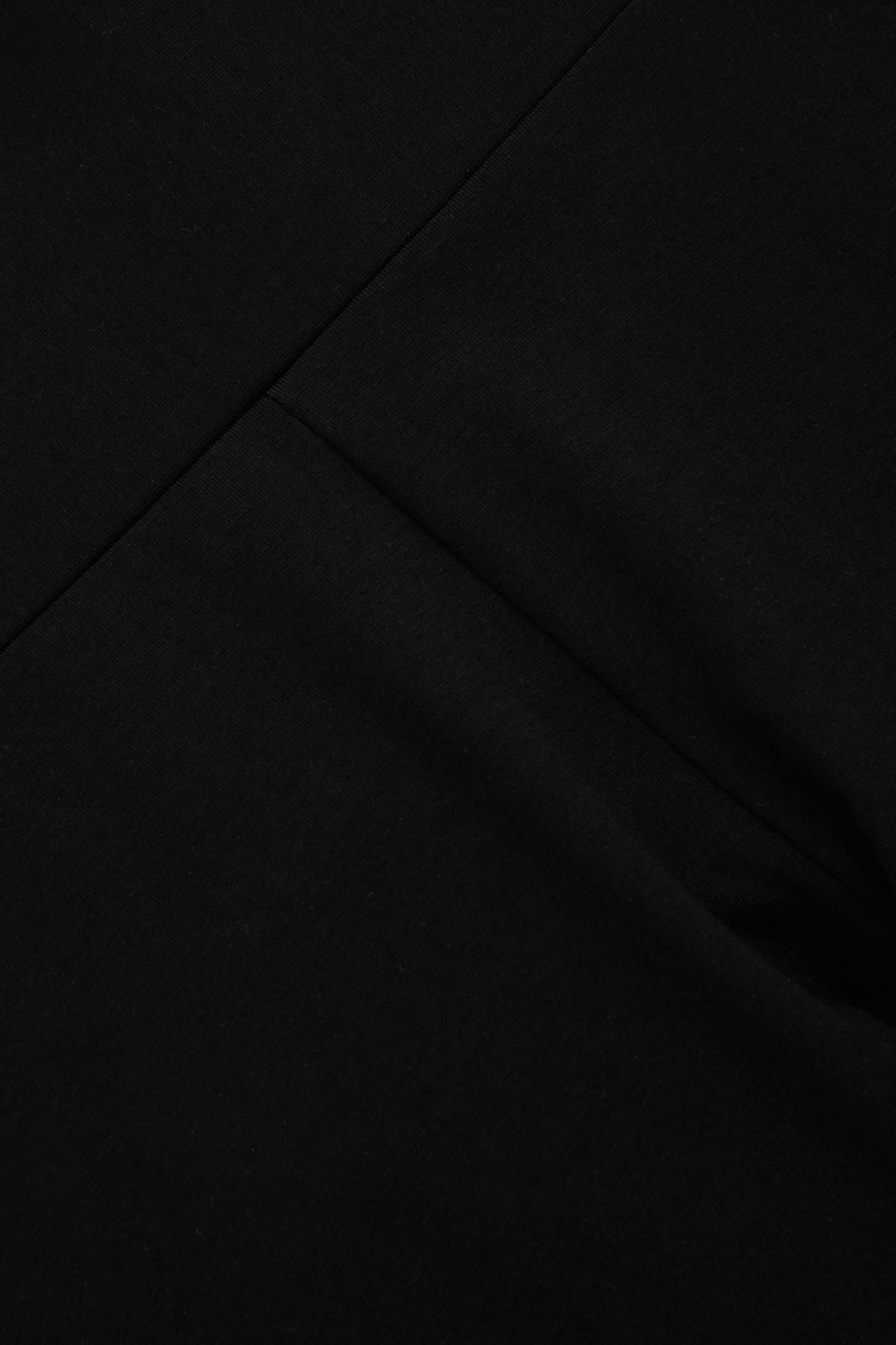 COS 코튼 저지 슬림핏 쇼츠의 블랙컬러 Detail입니다.