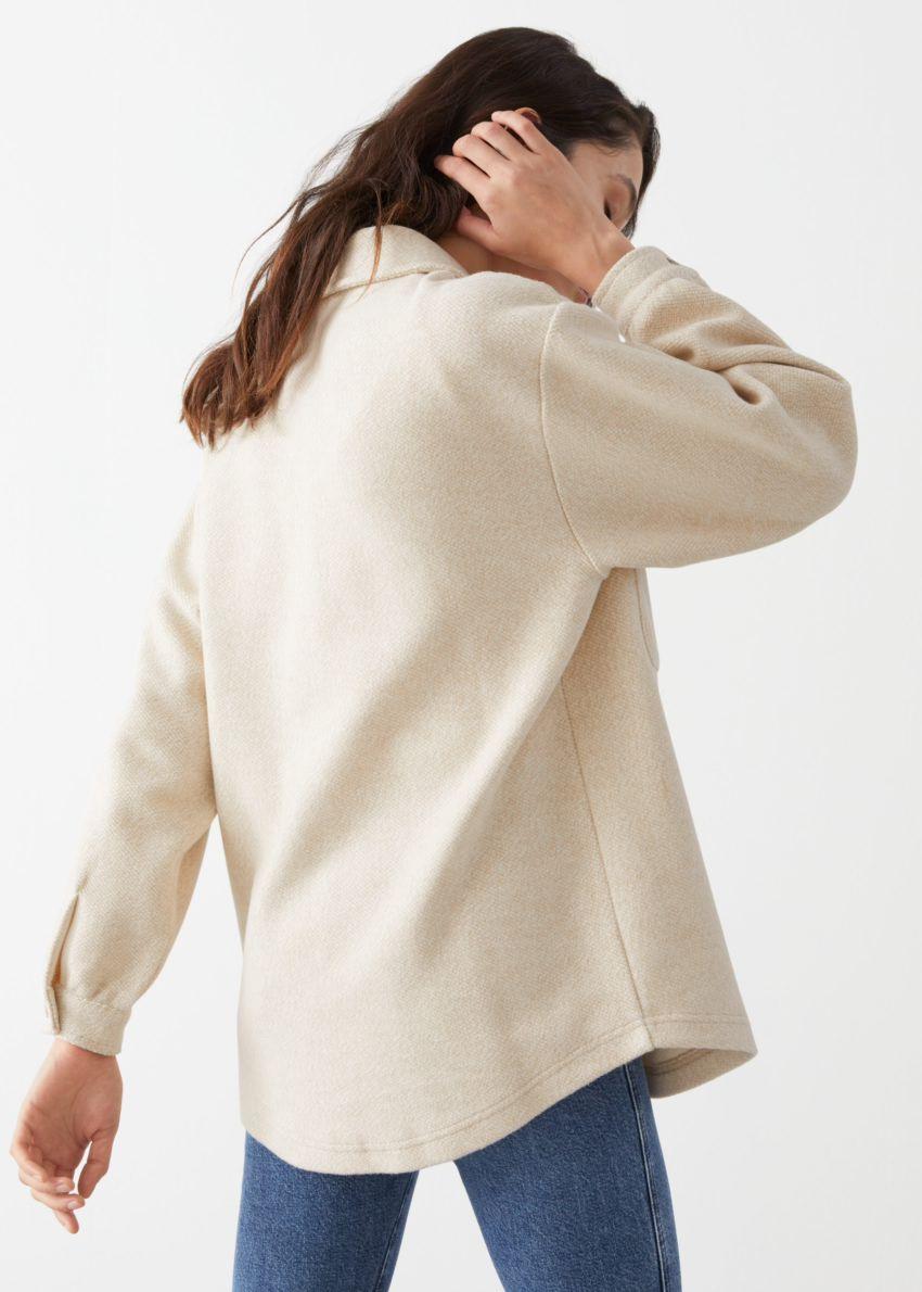 앤아더스토리즈 오버사이즈 패치 포켓 버튼 업 셔츠의 베이지컬러 ECOMLook입니다.
