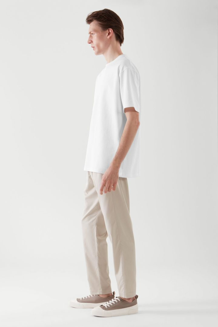COS 릴랙스드 핏 티셔츠의 화이트컬러 ECOMLook입니다.