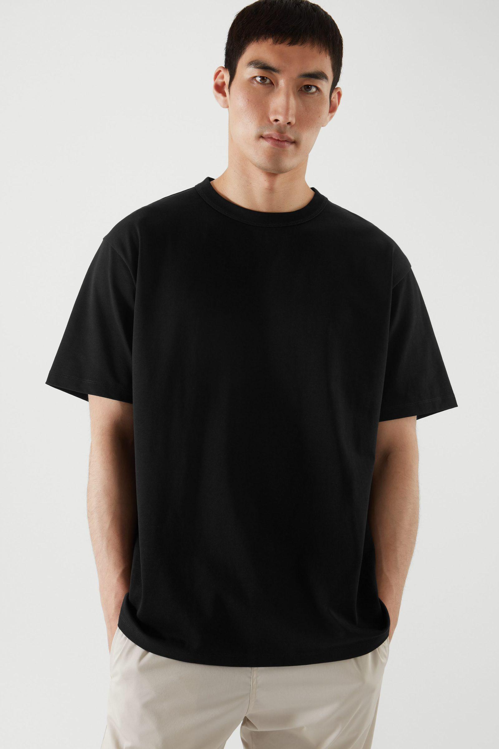 COS 박시 티셔츠의 블랙컬러 ECOMLook입니다.