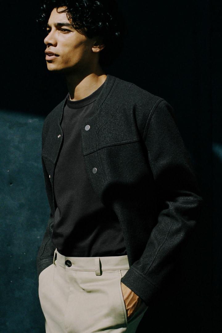 COS 릴랙스드 핏 티셔츠의 블랙컬러 Environmental입니다.