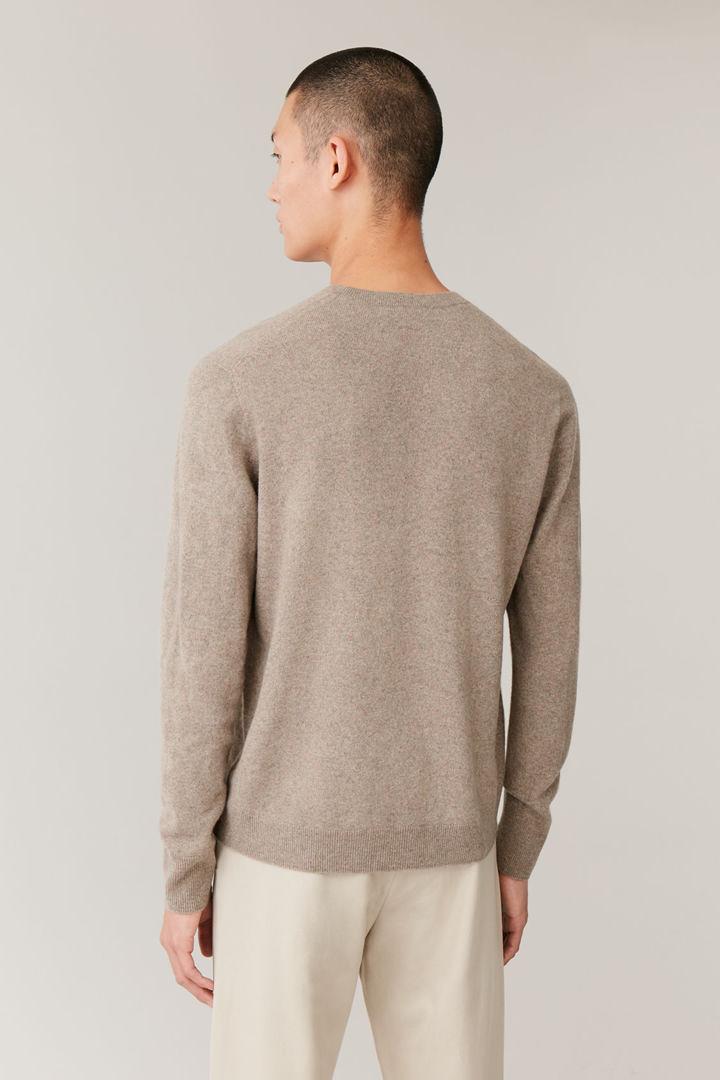 COS 유니섹스 리퍼포스드 캐시미어 스웨터의 라이트 브라운컬러 ECOMLook입니다.