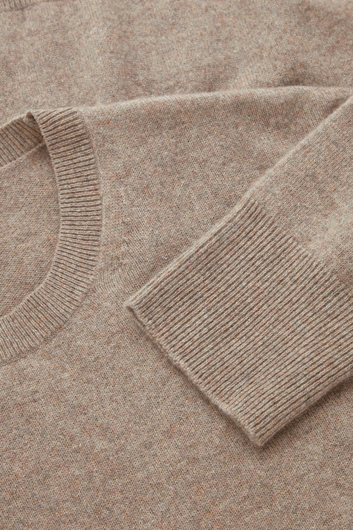 COS 유니섹스 리퍼포스드 캐시미어 스웨터의 라이트 브라운컬러 Detail입니다.
